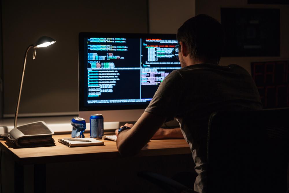 un informatico in smart working al buio