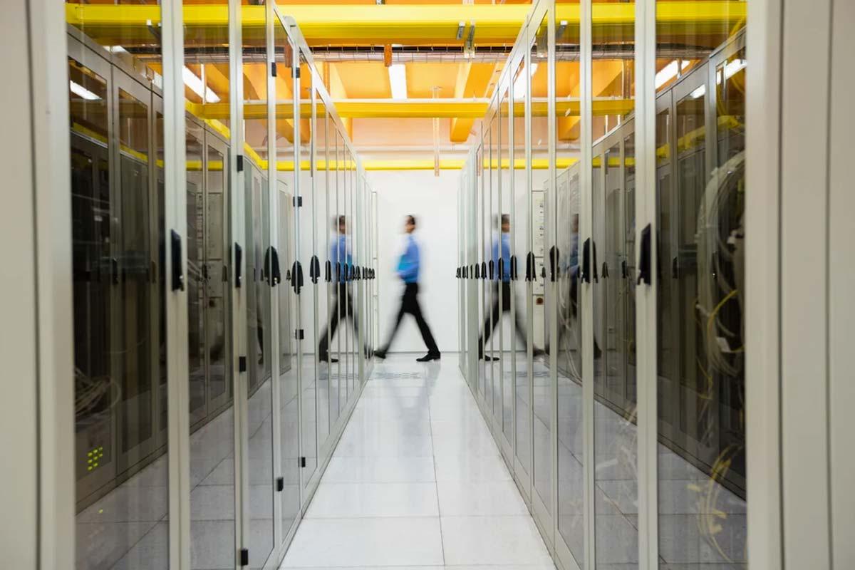 un uomo cammina in un data center
