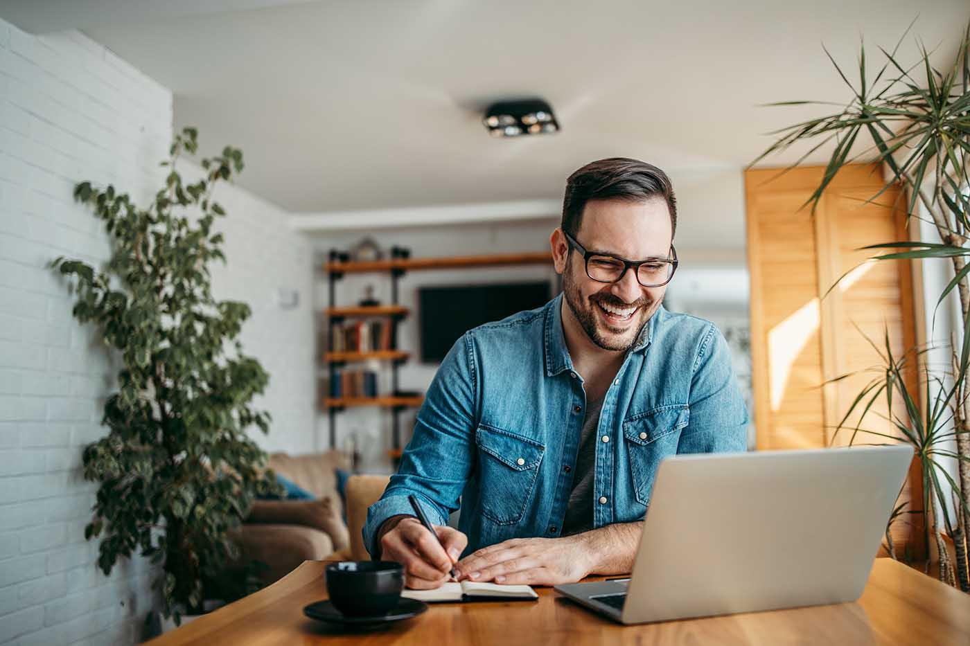 smart worker che utilizza smart working app e smart booking per ottimizzare i suoi tempi