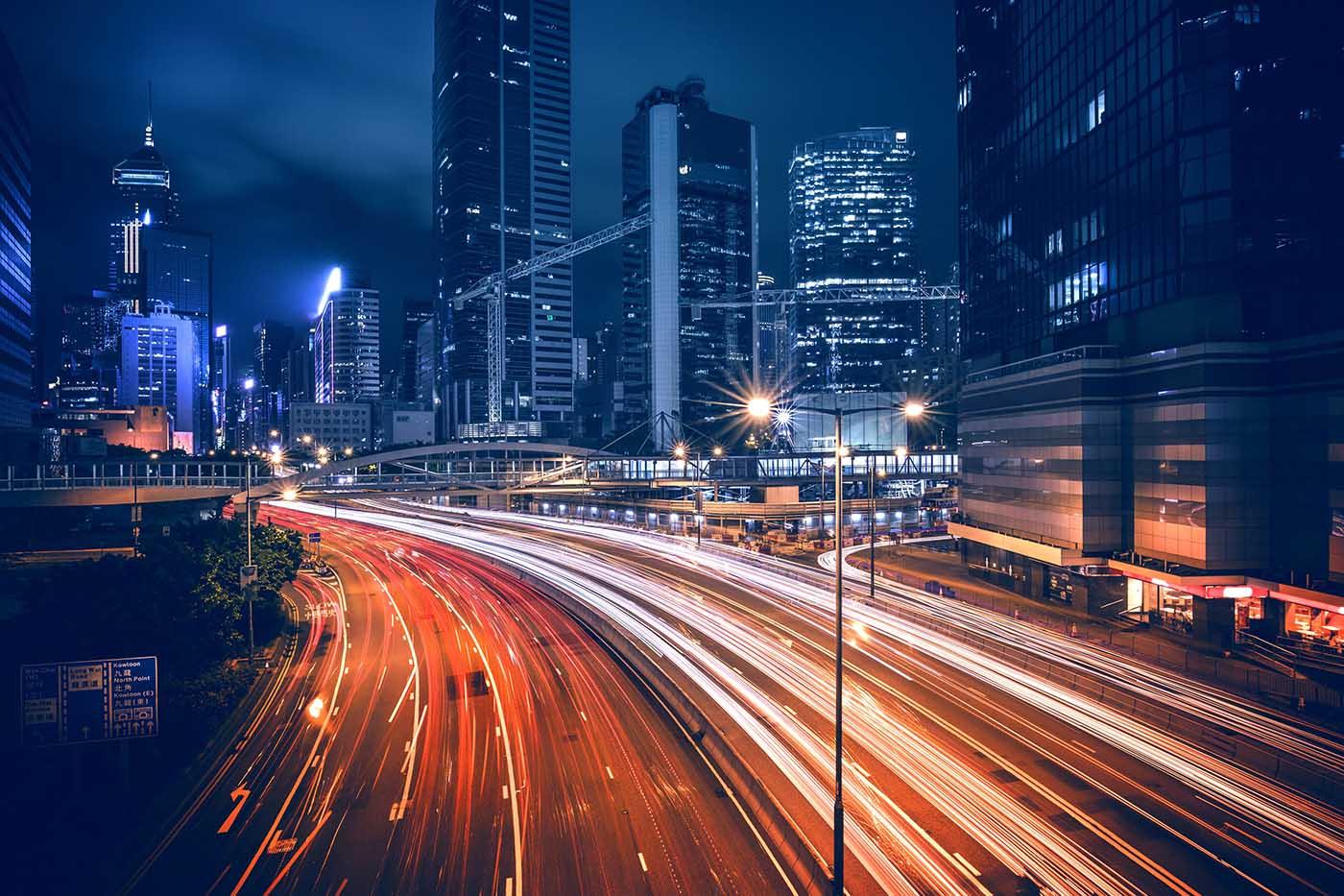 città di notte con luci di macchine che passano come metafora delle soluzioni mobility and wireless