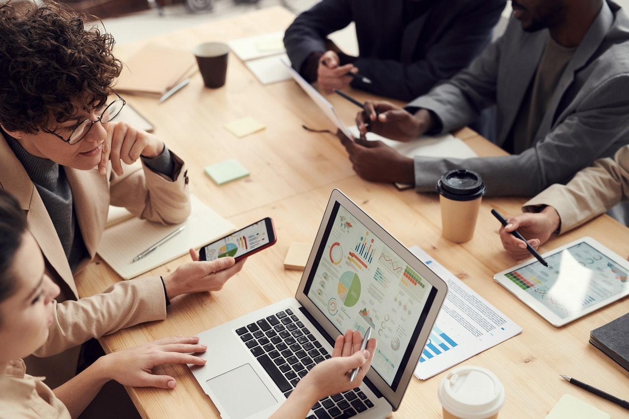 riunione in cui le persone collaborano con soluzioni innovative
