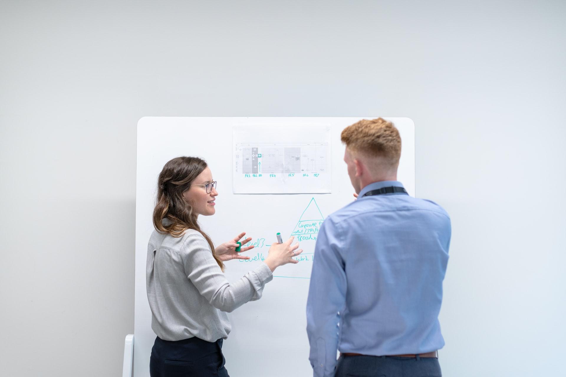 Consulenti specializzati che preparano un corso di formazione IT
